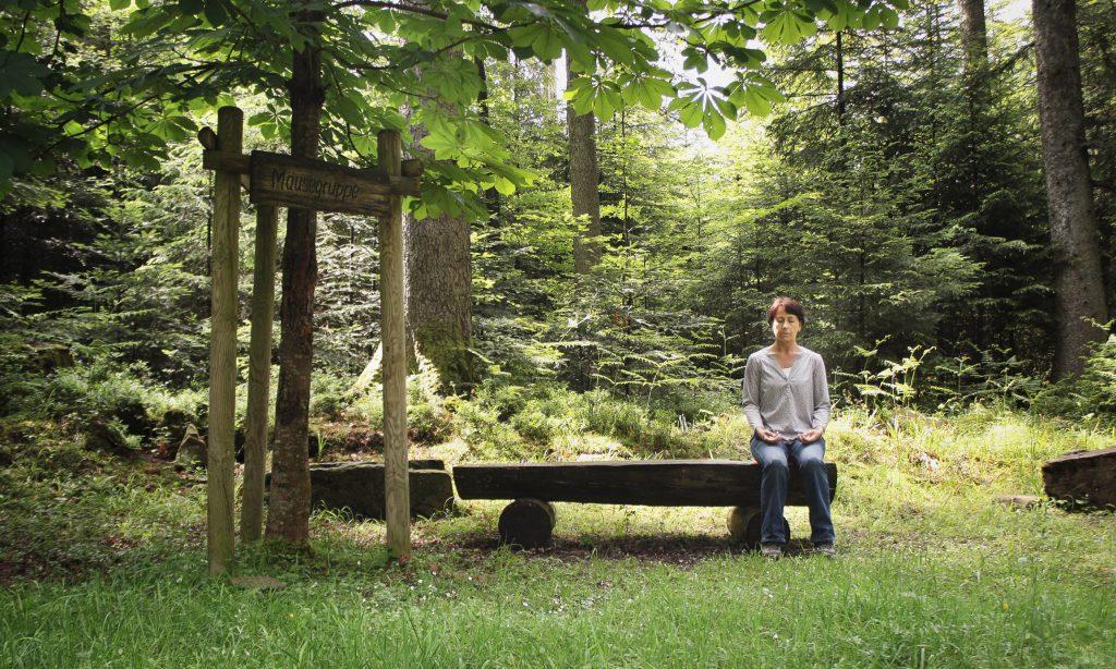 Atemübung im Wald führt zur Entspannung