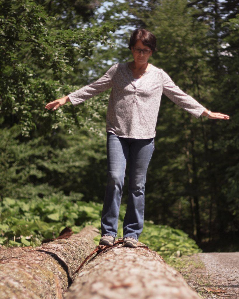 Regine Fix mit einem Balanceakt auf einem Baumstamm Foto: ©J. Vieth