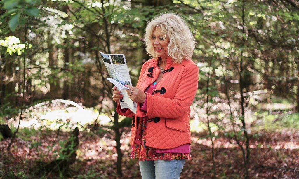 Greta Hessel erkärt die Übungen beim Waldbaden